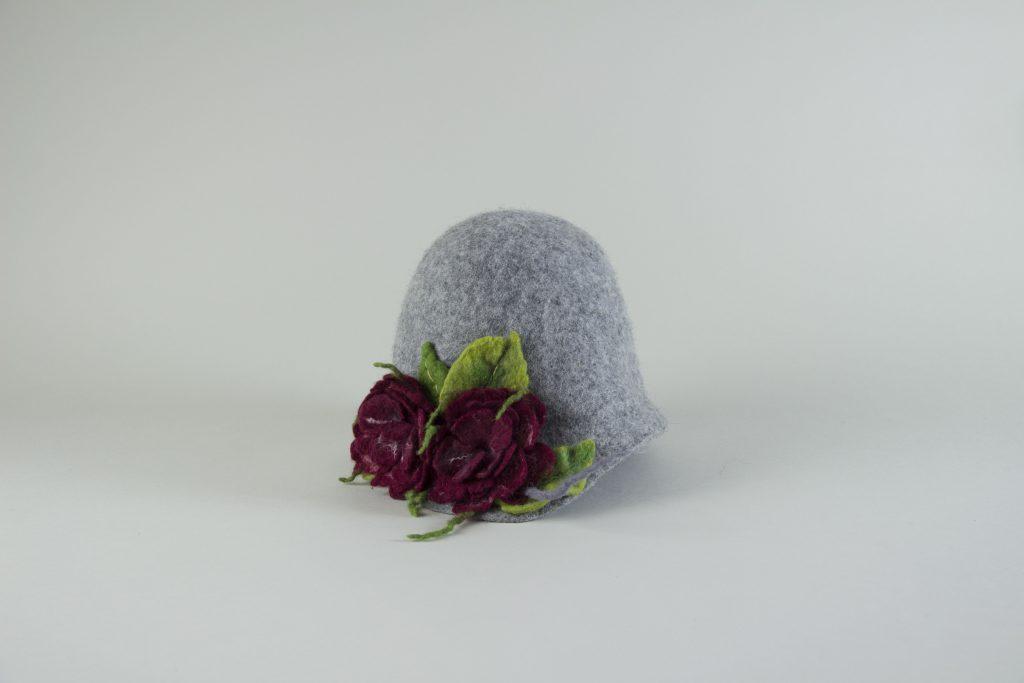 Gefilzter Hut mit edlen Blütenelementen