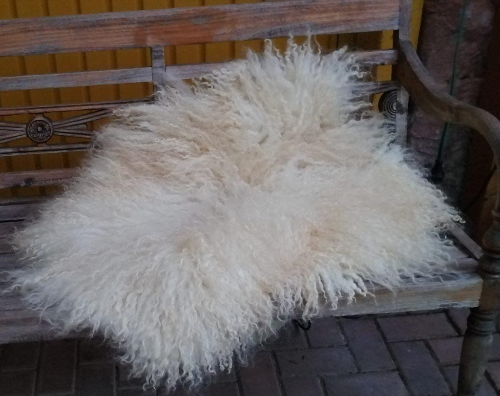 großes gefilztes Fell - Walliser Schwarzkopf Schaf-